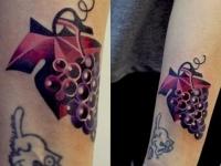 Татуировка виноград на предплечье