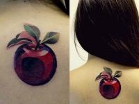 Татуировка яблоко на шее