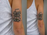 Татуировка молоко на плече