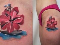 Татуировка лодка на бедре
