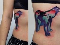 Татуировка медведь на боку