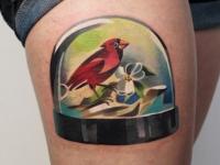Татуировка птица на бедре