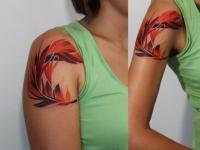 Татуировка перо на плече