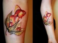 Татуировка золотая рыбка на предплечье