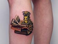 Татуировка книги на икре