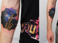 Татуировка саксофон на предплечье