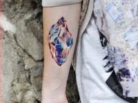 Татуировка драгоценный камень на предплечье
