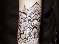 Татуировка узора на руке