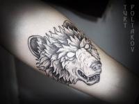 Татуировка головы волка со сверкающими глазами на руке