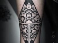 Татуировка в виде ромба разбитого на части