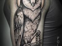 Татуировка совы с четками на плече