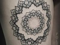 Татуировка на плече в виде солнца-цветка