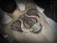 Татуировка лиры на спине