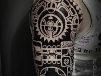 Тату черно-белый орнамент на плече