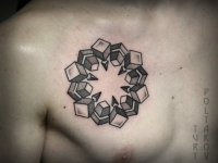 Татуировка снежинки на груди