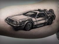 Татуировка спортивной машины на руке