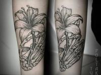 Татуировка лилия на плече