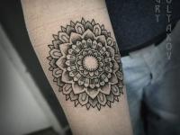 Татуировка расплывающегося круга на предплечье
