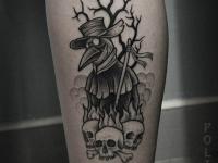 Татуировка смерти в виде ворона и черепа с костями на ноге