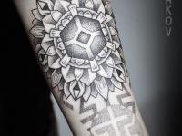 Татуировка цветка с геометрическими фигурами