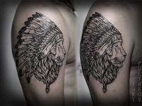 Татуировка головы льва в индейском головном уборе на плече