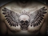 Тату череп с крыльями на груди