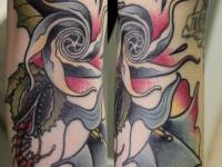 Татуировка цветы и червь на боку