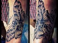 Татуировка бабочка на предплечье