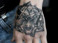 Татуировка голова волка и кристалл на кисти
