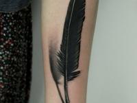 Татуировка перо на руке