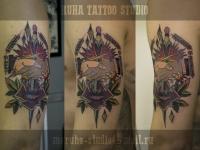 Татуировка рукопожатие и кинжал на плече