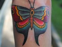Татуировка бабочка на локте