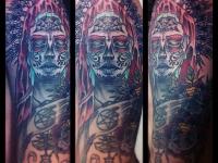 Татуировка маска на плече