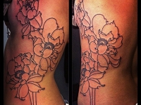 Татуировка маки на боку
