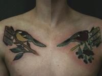 Тату выше груди возле плеч по птичке с надписью