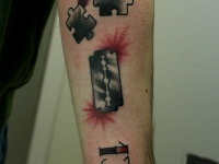 Татуировка бритва, пазлы на руке