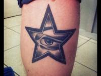 Татуировка глаз в звезде на икре