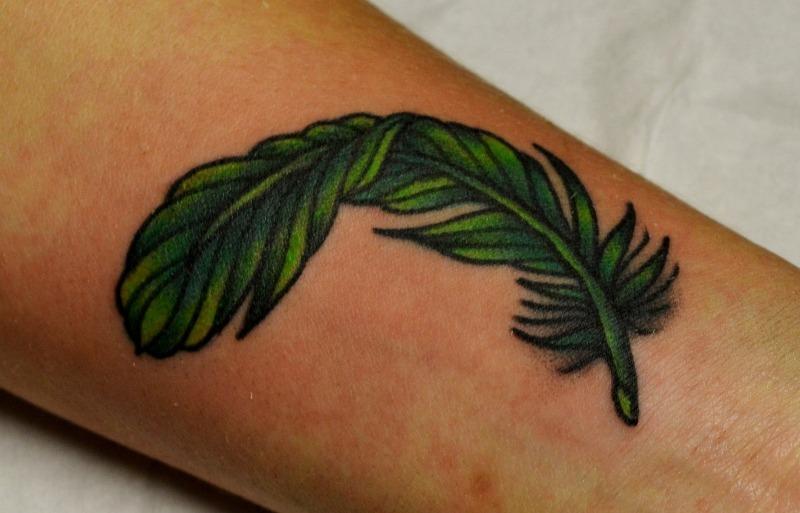 Значение татуировки с изображением пера — какую выбрать и где нанести?
