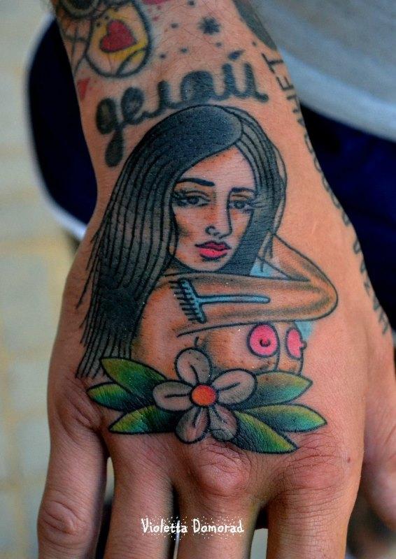 Татуировка девушка с цветком на кисти