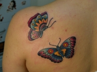 Татуировка бабочки на лопатке