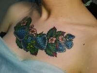 Татуировка клубника на груди