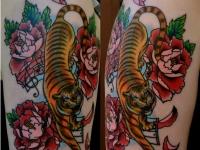 Татуировка тигр и розы на плече