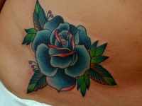 Татуировка роза на животе