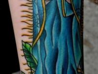 Татуировка девушка на розе на предплечье
