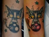 Татуировка кот с бомбой на икре