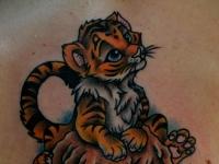 Татуировка тигренок на спине