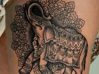 Татуировка слон на боку