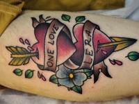Татуировка два сердца на икре