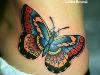 Татуировка бабочка на талии