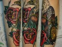 Татуировка гриф с розами на предплечье